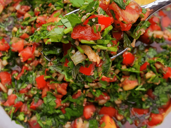 How to make authentic Lebananese Tabouli salad recipe (or Tabbouleh salad) – this Tabouli recipe is full of flavor, vegan, and easy to prepare!
