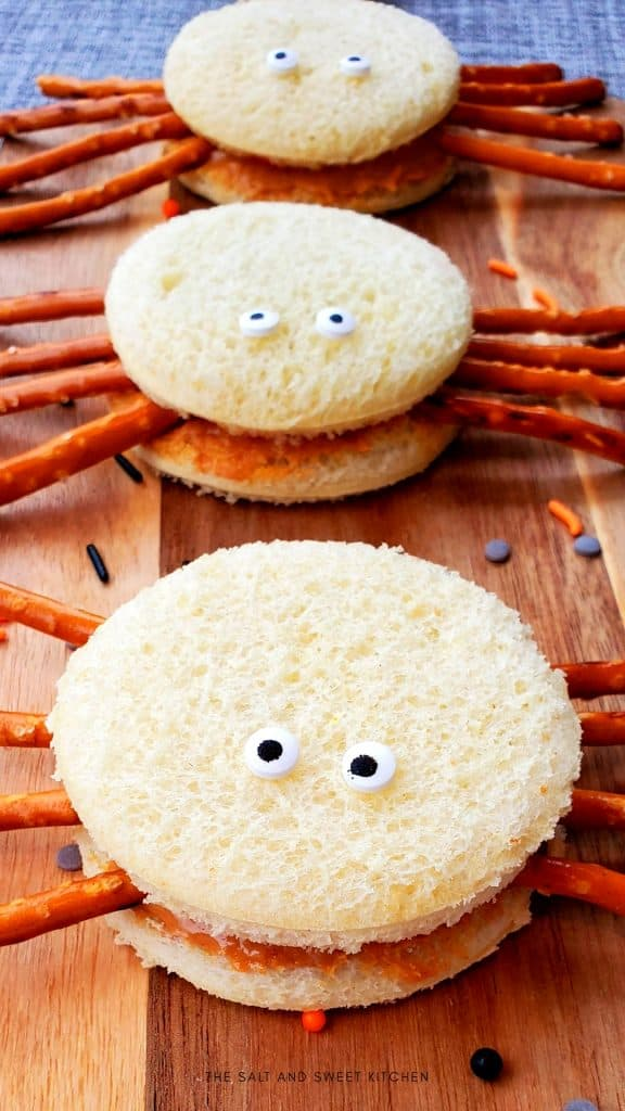 If you are looking for Halloween lunch ideas for kids, you will love these peanut butter and jelly spiders.