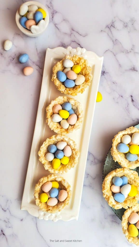 If you are looking for kids Easter activities and easy Easter treats, the you will love these Easter rice krispienests
