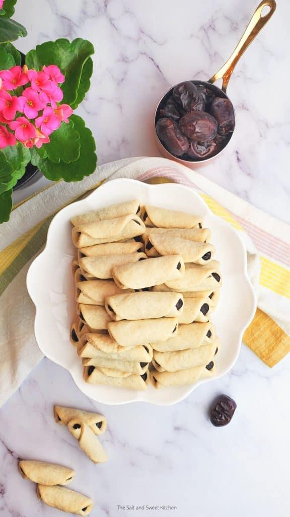 Lebanese date cookies- date roll cookies- kaak b tamer.